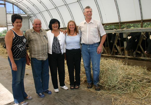 Marta Suarez Ramirez, Juan Sanchez Martell, Minister Bev Oda,  Gladys and Jim Millson, Heifer barn, Landomills Holsteins  Photo by Wendy Holm,